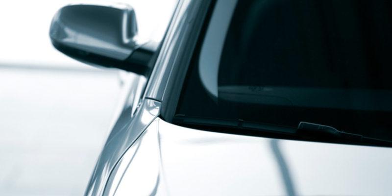Przyciemnianie szyb samochodowych wykonywane jest już na etapie produkcji, ale można tego dokonać również już w trakcie użytkowania auta