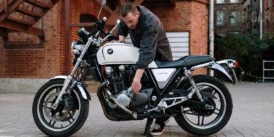 Amortyzator skrętu motocykla