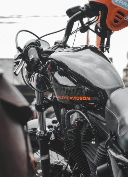 Amortyzator skrętu motocykla – kiedy jest niezbędny?