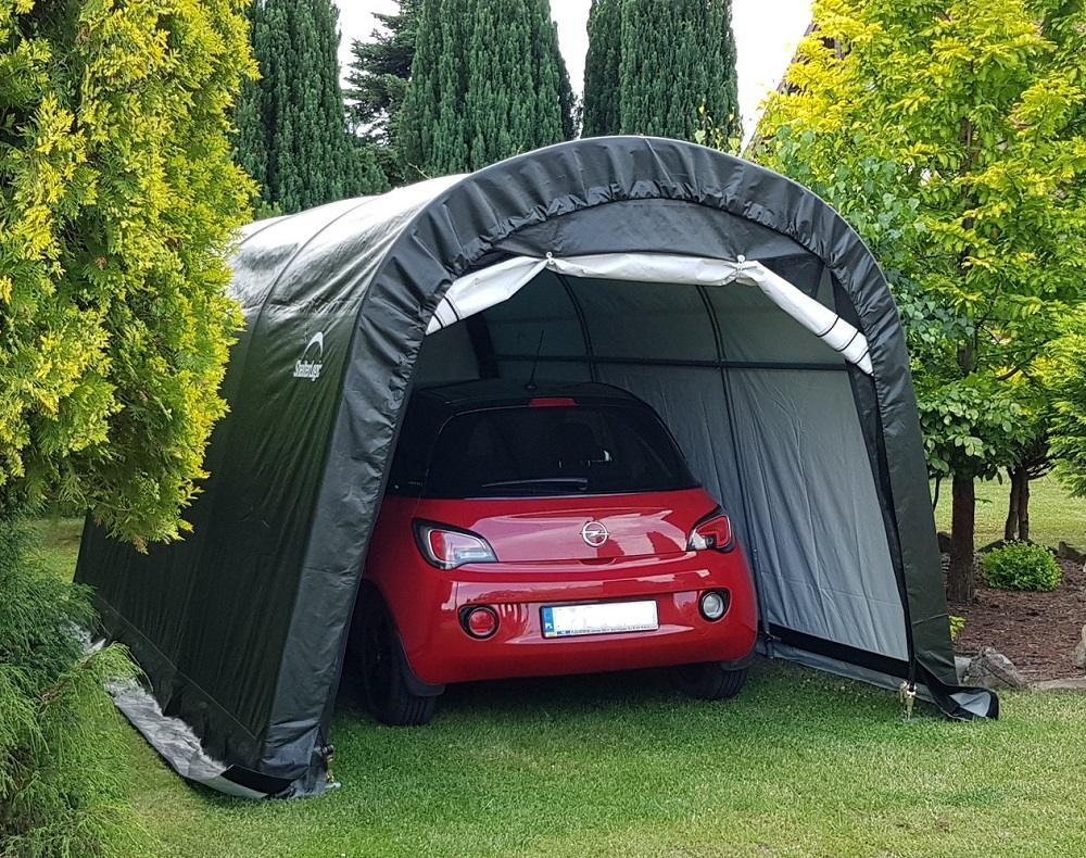 Namiot garażowy ustawiony na trawniku przed domem