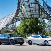 Samochody marki BMW na placu